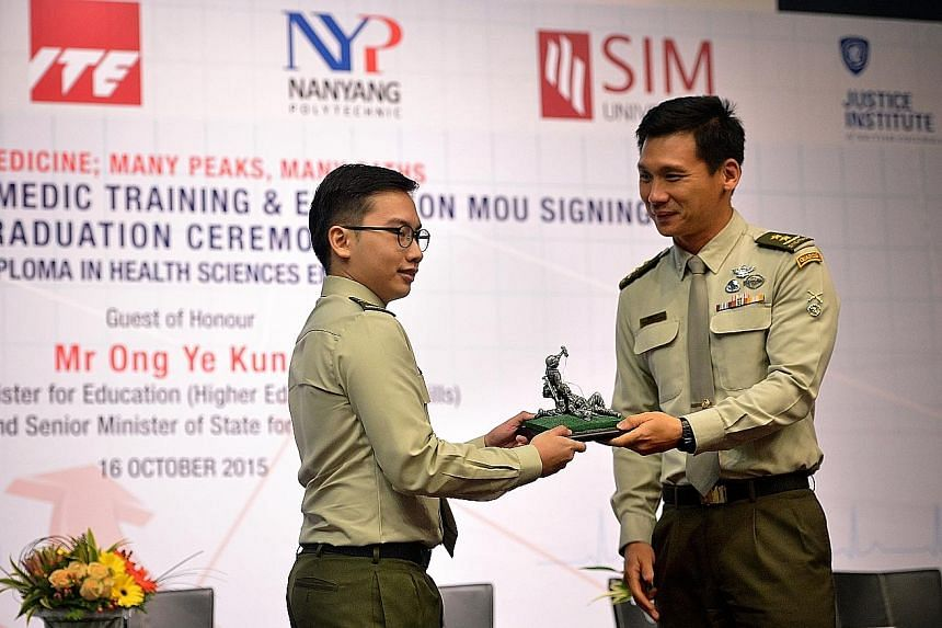 Chief of Defence Force Perry Lim presenting a prize to Military Expert 1 Ang Jia Rui, who was top of his class of 12 who received their Health Sciences (Emergency Medical Services) diplomas from JIBC.