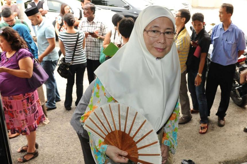 Opposition leader Wan Azizah Wan Ismail is tabling a no-confidence motion against Malaysian Prime Minister Najib Razak.