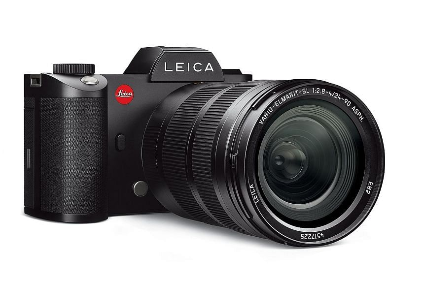 The Leica SL body weighs 890g (with battery). The front grip is very pronounced and makes holding the camera really comfortable, despite its weight.