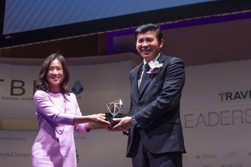 CNBC anchor Pauline Chiou (left) presenting the CNBC Travel Business Leader award to Changi Airport Group's CEO Lee Seow Hiang.