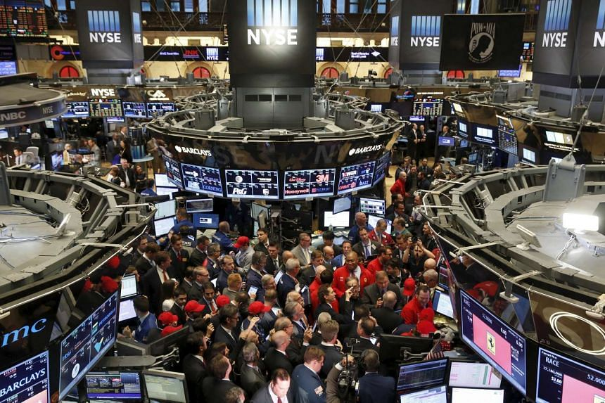 Traders crowd around a trading station for the Ferrari IPO near the opening of trading on the floor of the New York Stock Exchange October 21, 2015.  PHOTO: REUTERS