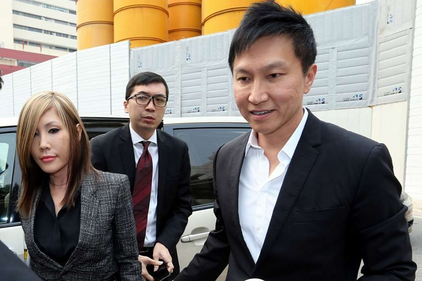 City Harvest founder Kong Hee (right) arriving at the State Courts with wife Ho Yeow Sun on Oct 21, 2015.