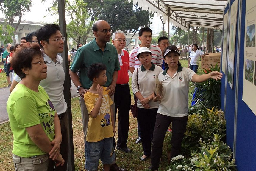 DPM Tharman Shanmugaratnam looking at future plans of Jurong Lake Park, which will eventually become Jurong Lake Gardens West.