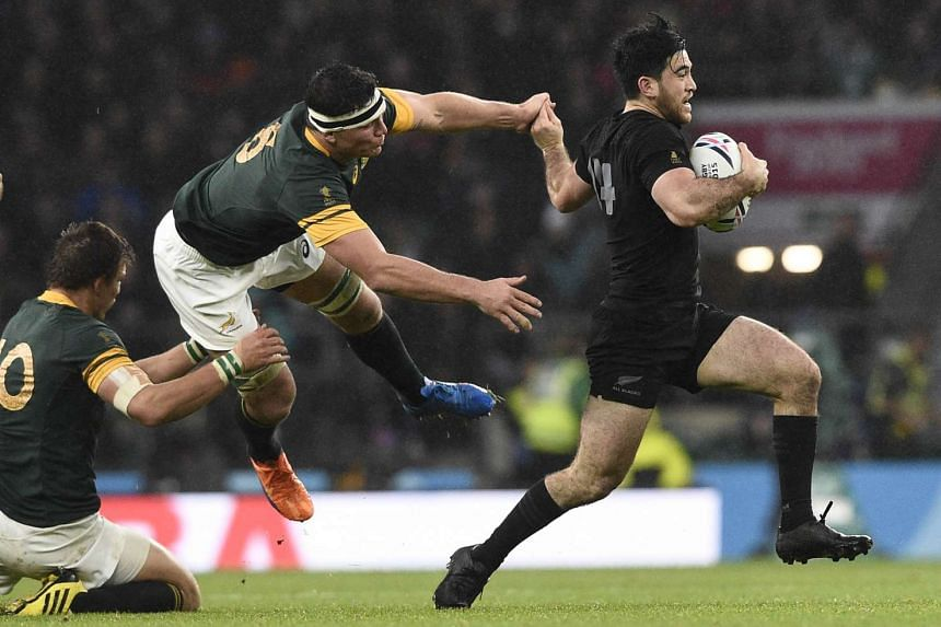 New Zealand's wing Nehe Milner-Skudder (right) runs to evade South Africa's flanker Francois Louw (centre).