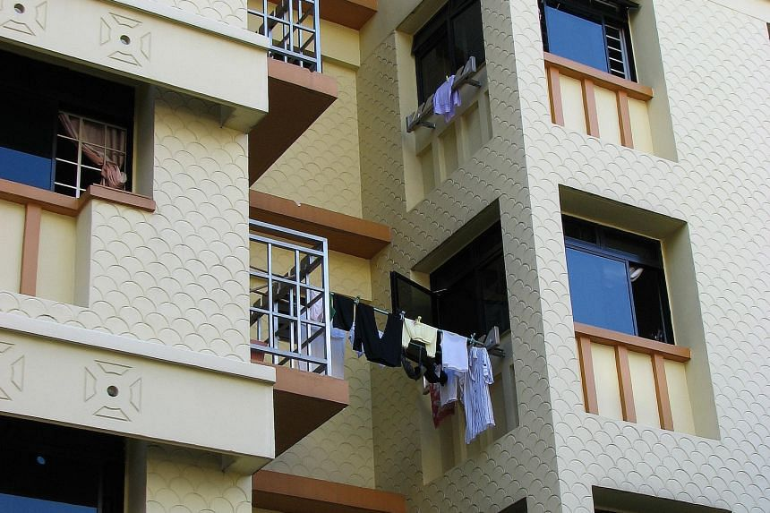 Since 1995, HDB flats have adopted an external rack design that supports both ends of a pole. These were installed at the kitchen or service yard balcony on one side, and the air-conditioner ledge railing on the other.