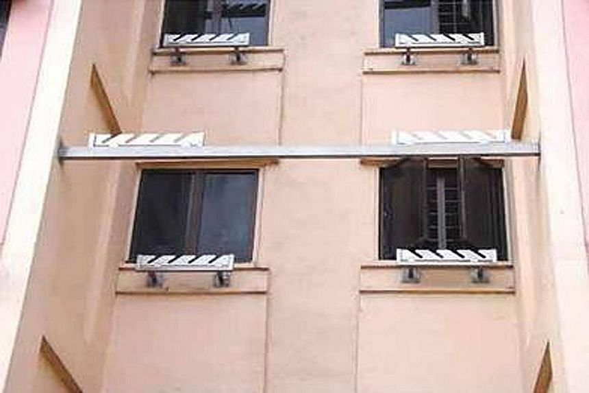 Similar to the recessed rack, this version was added to old flats under the HDB's Main Upgrading Programme. An additional bar was installed on which the far end of a pole rests.