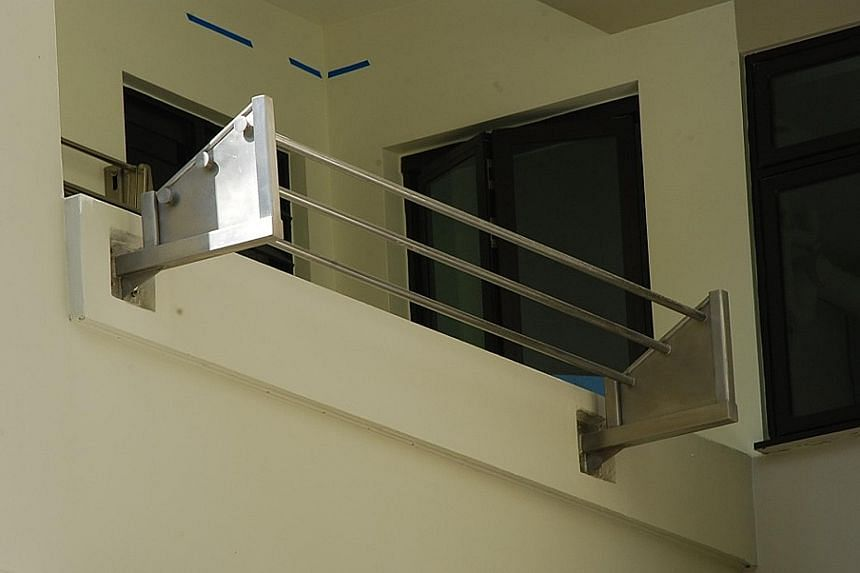 Since 2002, residents of new flats no longer use bamboo poles but fixed external racks instead.These racks comprise metal poles fixed parallel to the kitchen or service yard wall. Canopies constructed over the racks shield clothes from rain and falli