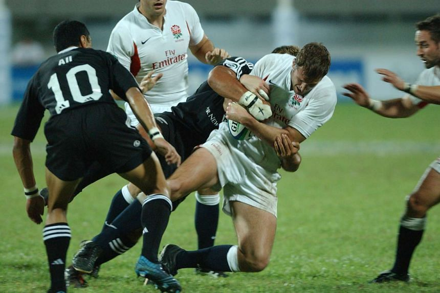 New Zealand players tackling England players at the Singapore Rugby Sevens tournament on April 17, 2005.