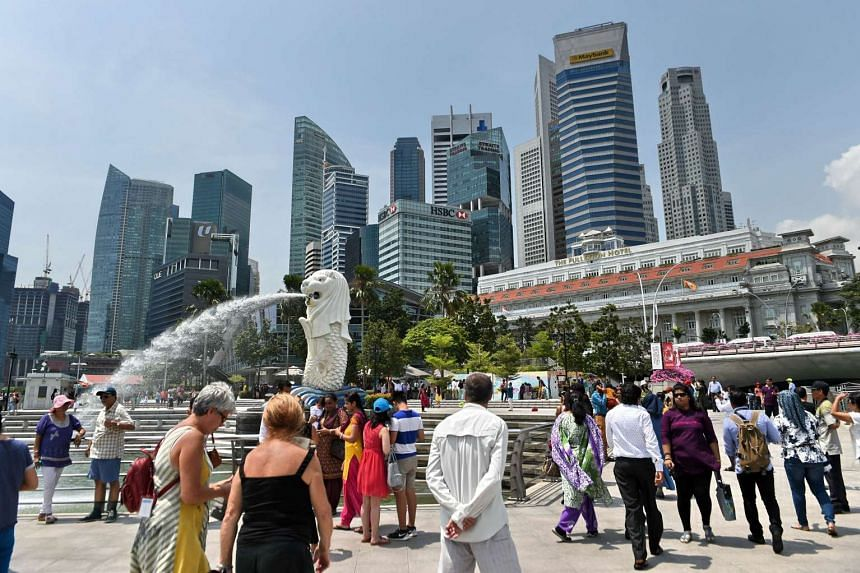 Visitors at the tourist attraction Merlion statue.