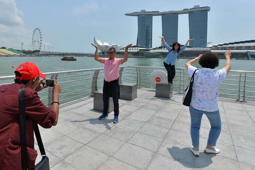 Visitors at Merlion Park at 12.33pm, when the 3-hour PSI was in the 56 on Oct 29, 2015.