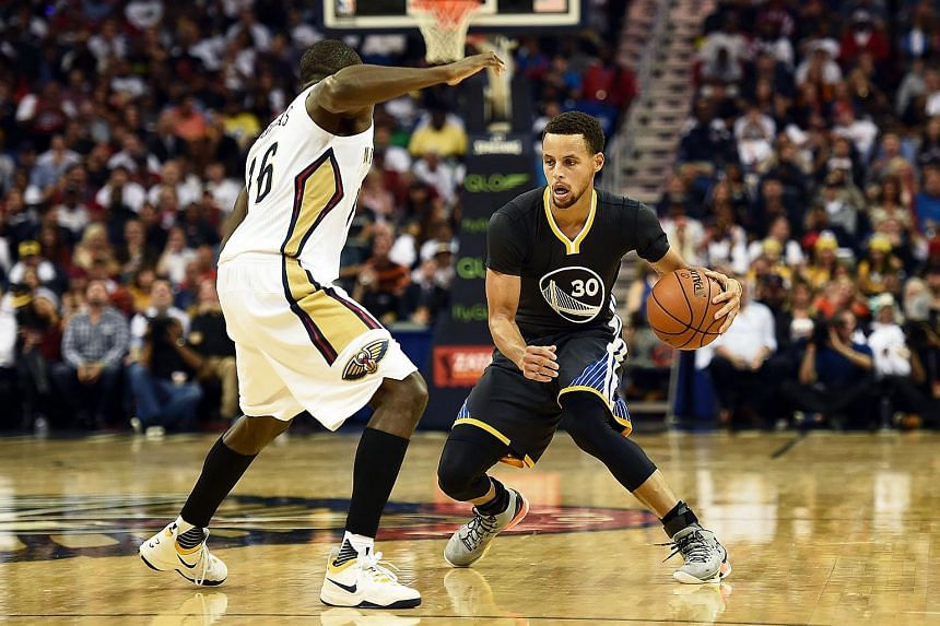 Stephen Curry (right) of the Golden State Warriors works against Toney Douglas of the New Orleans Pelicans during the second half.
