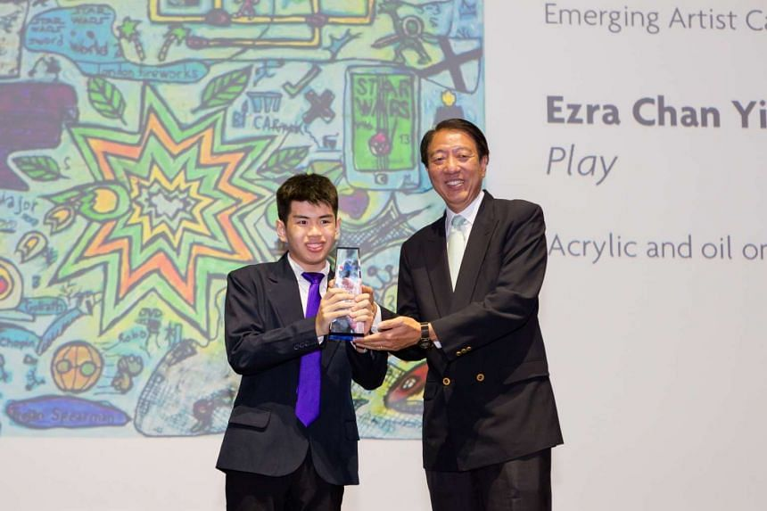Deputy Prime Minister Teo Chee Hean (right) presents Mr Ezra Chan Yi with the 2015 UOB Painting of the Year Most Promising Artist of the Year (Singapore) Award.