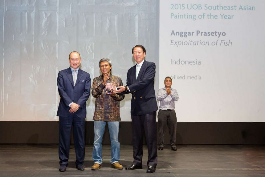 Deputy Prime Minister Teo Chee Hean presents the 2015 UOB Southeast Asia Painting of the Year Award to Mr Anggar Prasetyo.