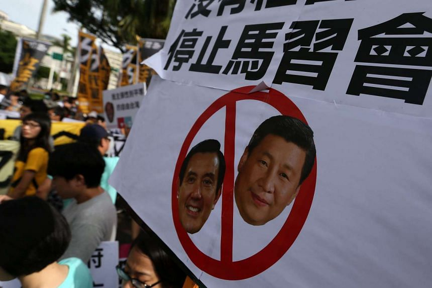 Taiwanese protesters display a banner against Taiwanese President Ma Ying-jeou and Chinese President Xi Jinping for their upcoming meeting in Singapore, as they march towards the Presidential office in Taipei, Taiwan, Nov 4, 2015.
