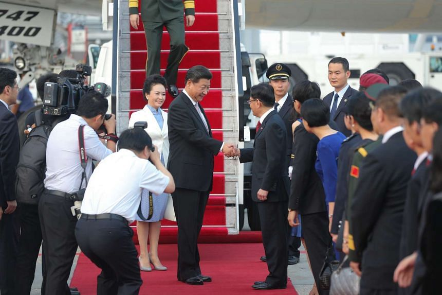 Chinese President Xi Jinping (centre, right) shaking hands with Finance Minister Heng Swee Keat at Changi Airport on Nov 6, 2015.