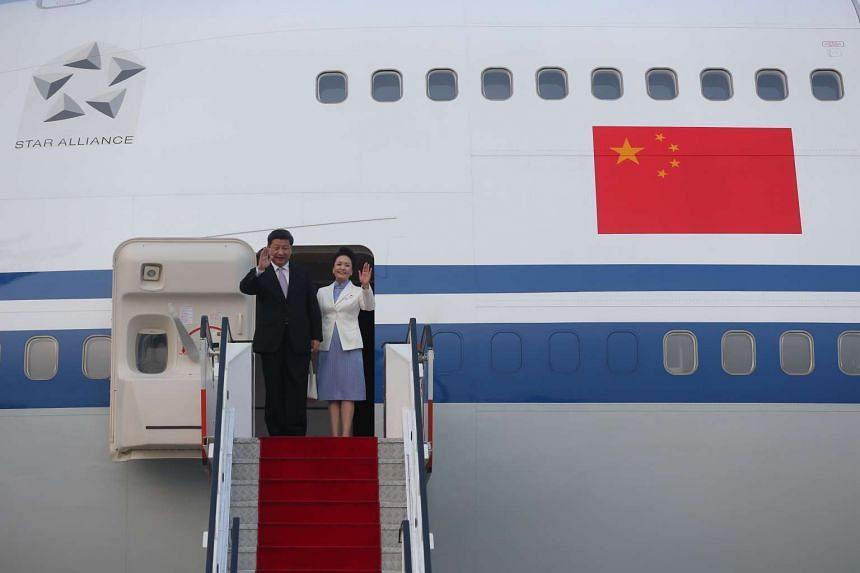 Chinese President Xi Jinping and wife Peng Liyuan arrive in Singapore on Nov 6, 2015.
