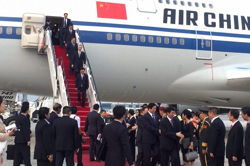 Delegates from China alight from the plane ahead of President Xi Jinping and his wife Peng Liyuan on Nov 6, 2015.
