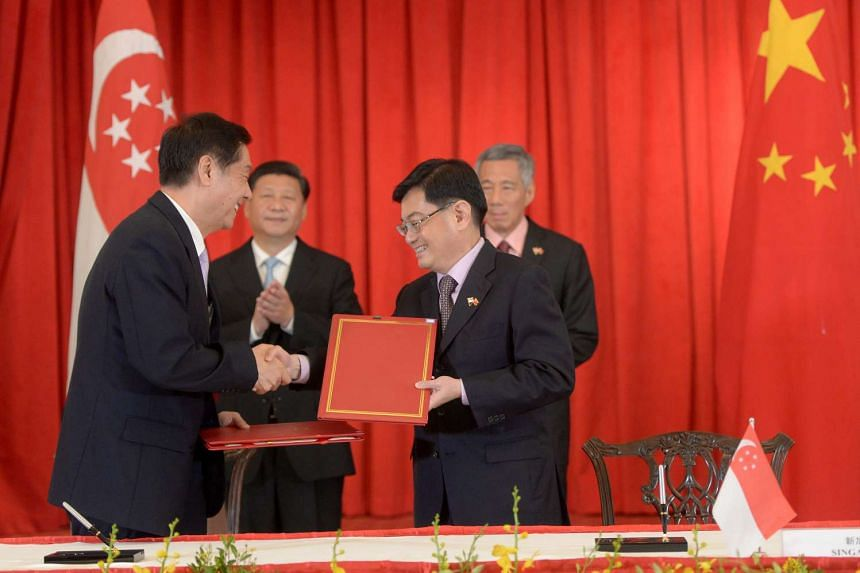 Minister Yu Guangzhou, General Administration of China Customs (left) and Minister Heng Swee Keat shaking hands after signing the MOUs. The signing was witnessed by Chinese President Xi Jinping and PM Lee Hsien Loong.