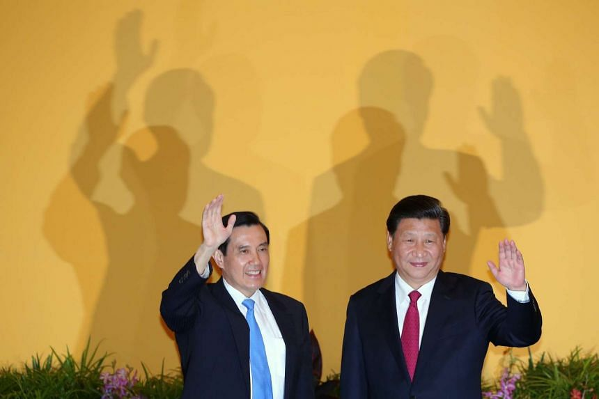 Chinese President Xi Jinping (right) and Taiwanese President Ma Ying-jeou meet in Singapore on Nov 7, 2015.
