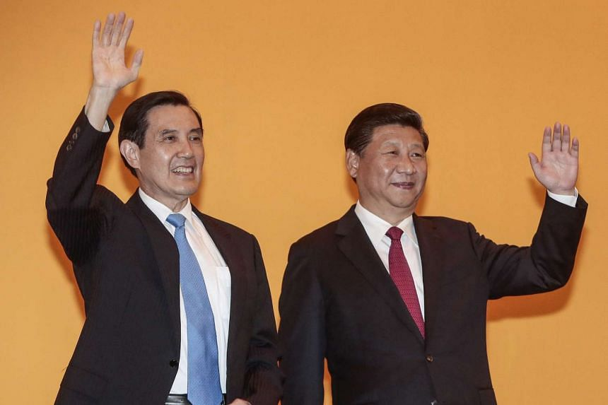 Taiwanese President Ma Ying-jeou (L) and Chinese President Xi Jinping (R) wave to members of the media in the Shangri-La Hotel in Singapore, on Nov 7, 2015.