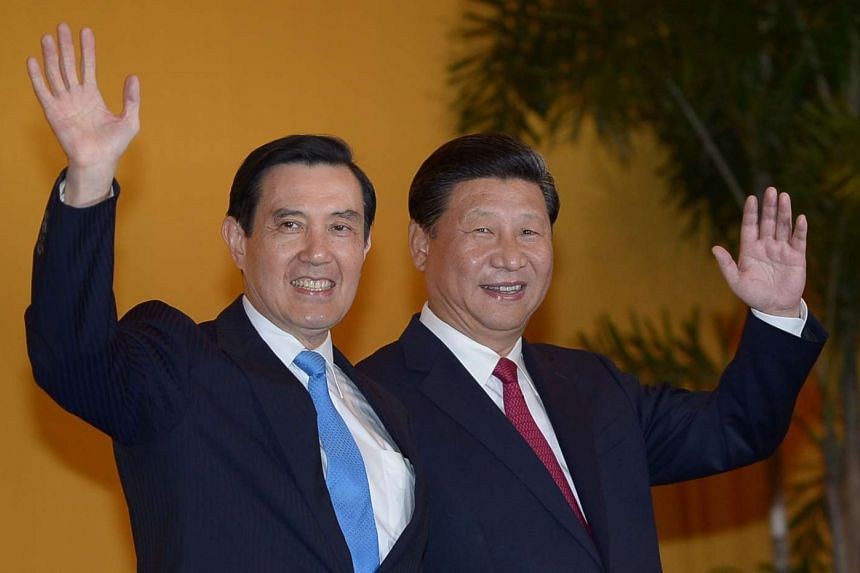 Chinese President Xi Jinping and Taiwanese President Ma Ying-jeou wave to journalists before their meeting at the Shangri-La hotel in Singapore on Nov 7, 2015.