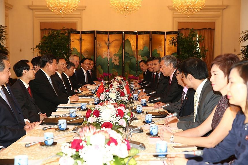 Trade and Industry Minister Lim Hng Kiang (right) and Minister of Commerce Gao Hucheng exchanging letters to officially start talks to broaden the scope of the China-Singapore FTA. Prime Minister Lee Hsien Loong (right, centre) and Chinese President