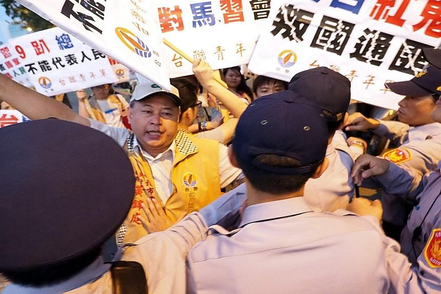 Members of the Taiwan Solidarity Union protesting outside Songshan airport over the meeting between the leaders.