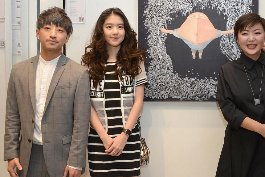 Quan Yi Feng (right) and Eleanor Lee (centre), together with acclaimed artist Wu Qiong.
