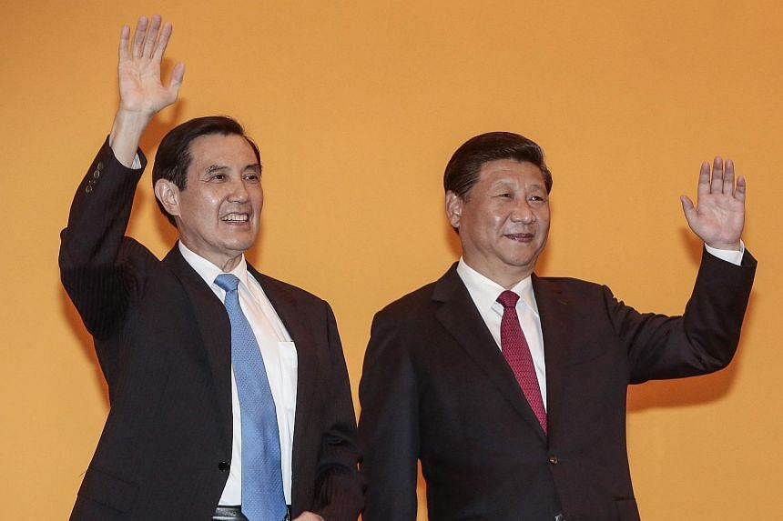Taiwanese President Ma Ying-jeuo (left) and Chinese President Xi Jinping (right) wave to members of the media in the Shangri-La Hotel in Singapore, on Nov 7, 2015.