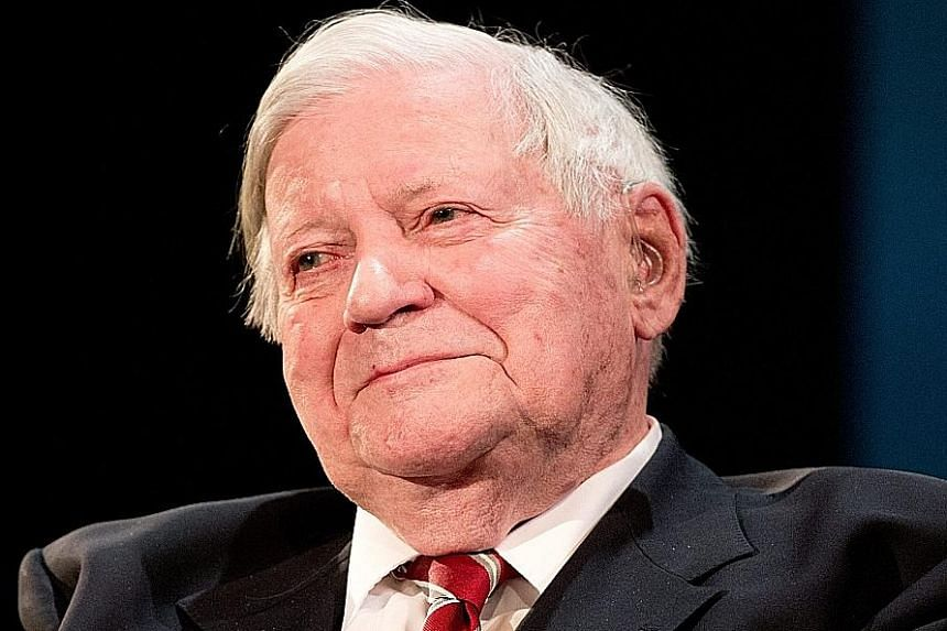 Mr Helmut Schmidt had reportedly caught an infection after surgery to remove a blood clot from his leg.