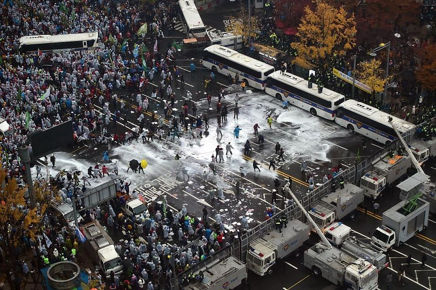 Police using water cannon to block protesters during the large rally against the government in downtown Seoul yesterday. The crowd started gathering before noon and were supposed to march to the presidential Blue House, but were blocked by police bar
