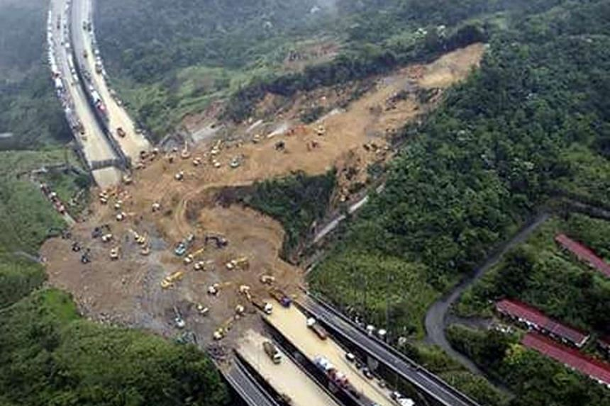 A landslide occurred along the Karak highway which links Kuala Lumpur to Kuantan in Pahang on Nov 11, 2015.