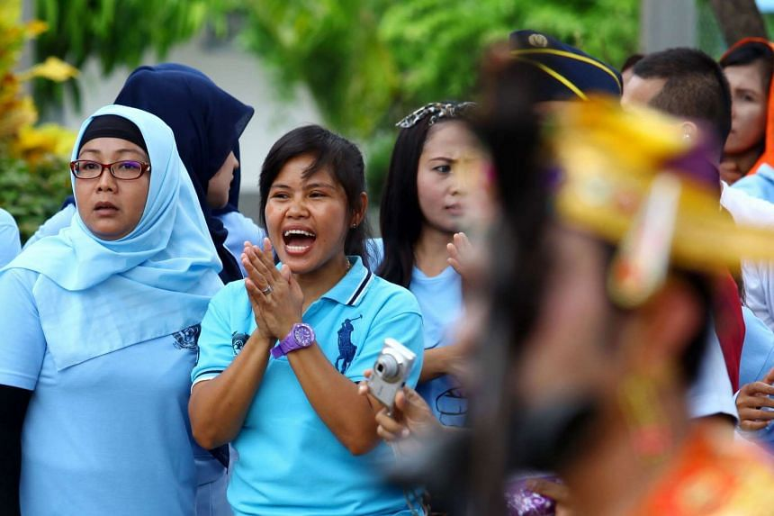 Filipino drug mule Mary Jane Veloso (center) has gotten a new reprieve in her execution.