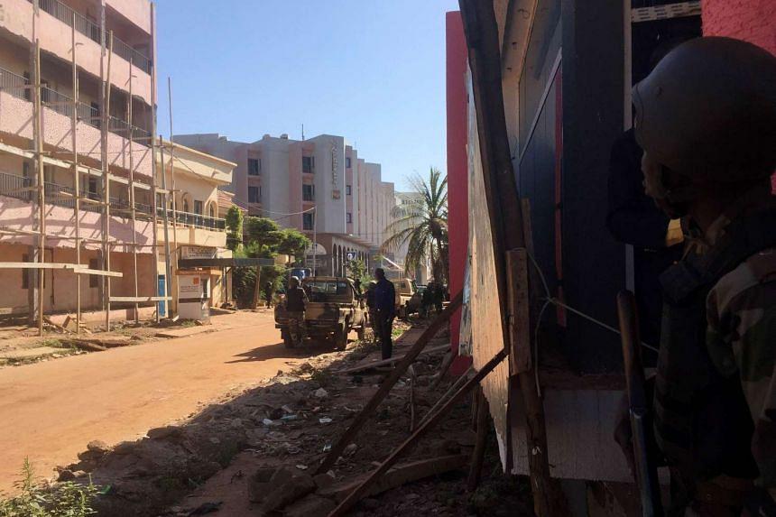 Malian troops take position outside the Radisson Blu hotel in Bamako on Nov 20, 2015.