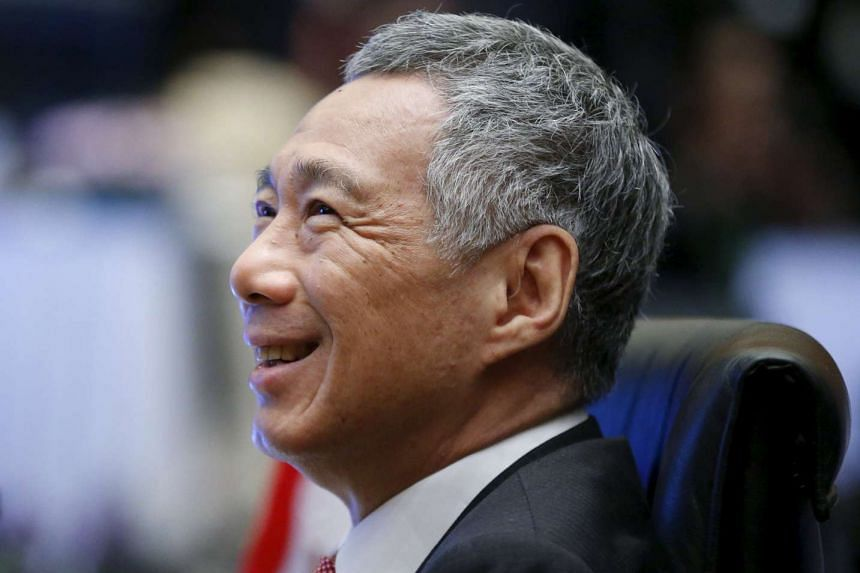 Prime Minister Lee Hsien Loong talks with government officials at the 27th Association of Southeast Asian Nations (ASEAN) summit in Kuala Lumpur, Malaysia, Nov 21, 2015.