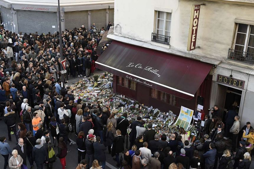 """Mourners gather in front of """"Le carillon"""" restaurant on Nov 16, 2015."""