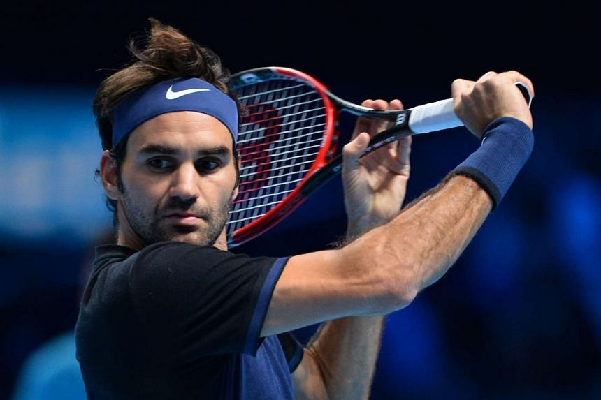Federer returns to Stan Wawrinka.