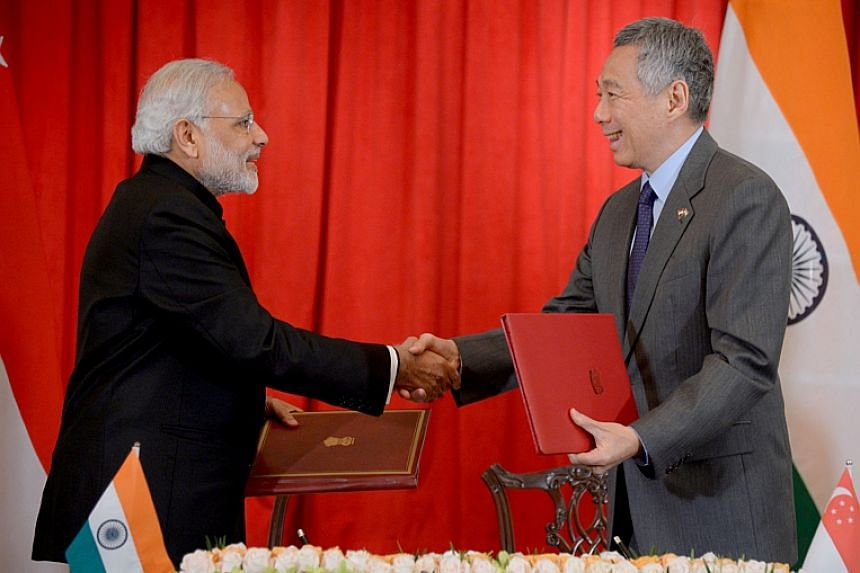 Indian PM Narenda Modi and Singapore PM Lee Hsien Loong at the signing of MOU on strategic partnership between India and Singapore at the Istana.