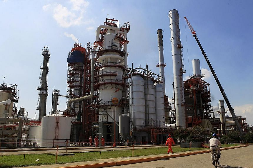 An oil-refining facility in Mexico. Big hedge funds have increased their bets that oil will continue to fall, according to data from the US Commodity Futures Trading Commission last week.