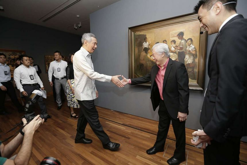 PM Lee (centre, left) shaking hands with painter Chua Mia Tee during his visit to the National Gallery Singapore on Nov 23, 2015.