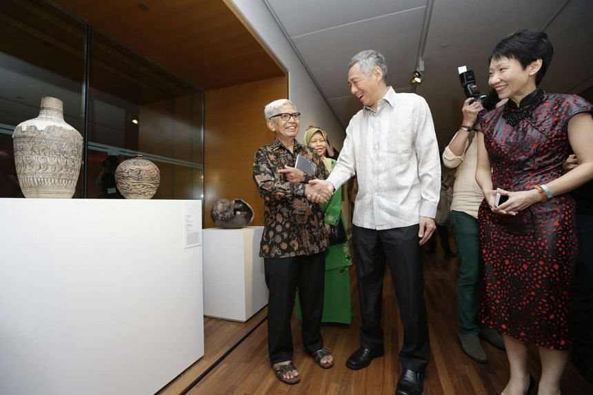 PM Lee (centre) shaking hands with potter Iskandar Jalil (left) during his visit to the National Gallery Singapore on Nov 23, 2015.