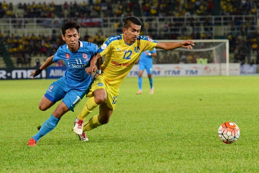 Azammuddin Akil (right) thwarting LionsXII's Nazrul Nazari in a chase for the ball during a Malaysia Cup match on Nov 24, 2015.
