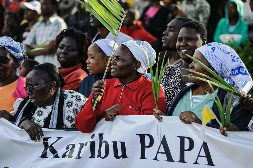 Kenyans wait to see the convoy transporting Pope Francis.