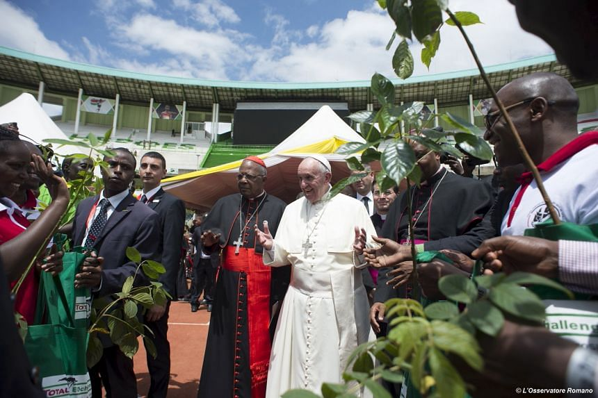 Pope Francis waves as he arrives at the Kasarani stadium in Nairobi on Nov 27, 2015