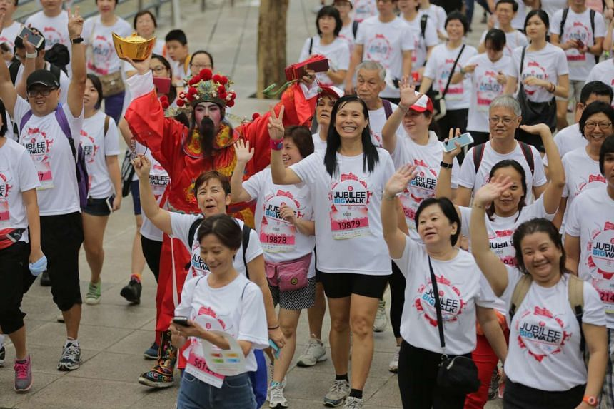 Pariticpants waving as they set off on the SG50 Jubilee New Paper Big Walk on Nov 29, 2015.
