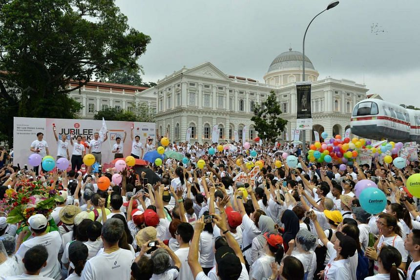 PM Lee Hsien Loong (on platform) flagging off the SG50 Jubilee Big Walk near the National Gallery Singapore, on Nov 29, 2015.