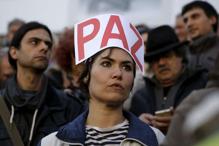"""A woman with a sign on her head reading """"Peace"""" at the Madrid march."""