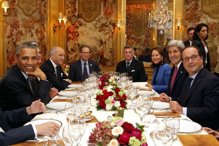 US President Barack Obama (left) and French President Francois Hollande (right) have dinner at the Ambroisie restaurant in Paris, with other leaders during the World Climate Change Conference.