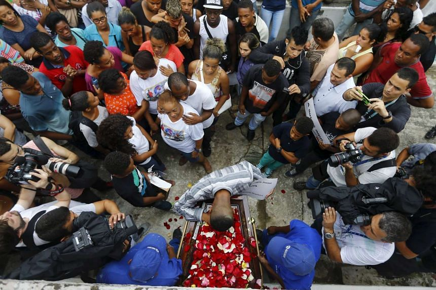 Relatives of Wilton Esteves Domingos, one of five youths killed after being shot by police officers in Costa Barros neighborhood, react during his burial in Rio de Janeiro, Brazil on Nov 30, 2015.