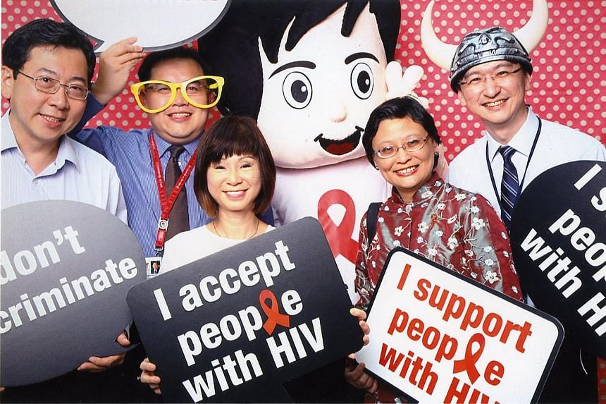 (From left) Ministry of Health director (communicable diseases) Jeffrey Cutter, TTSH chief executive Eugene Soh, Dr Amy Khor, TTSH head (infectious diseases) Lim Poh Lian and TTSH chief operating officer Jamie Lim showing their support for people liv